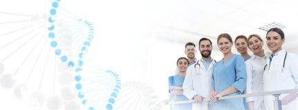 Grupp av doktorer i klinik och DNAformel medicinsk service royaltyfria foton