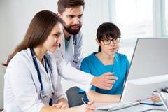 Grupp av doktorer i kliniken arkivbild