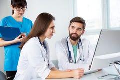 Grupp av doktorer i kliniken royaltyfri bild