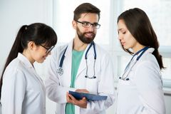 Grupp av doktorer i kliniken royaltyfria bilder