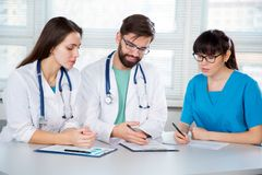 Grupp av doktorer i kliniken royaltyfri fotografi
