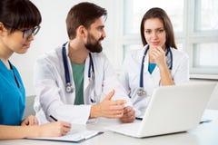 Grupp av doktorer i kliniken arkivfoton
