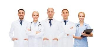 Grupp av doktorer med stetoskop och skrivplattan arkivfoton