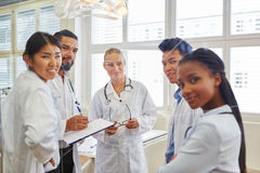 Grupp av doktorer och sjuksköterskor i möte arkivfoto