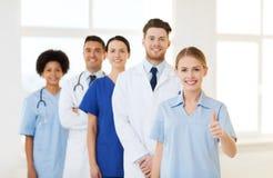 Grupp av doktorer och sjuksköterskor på sjukhuset royaltyfri fotografi
