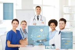 Grupp av doktorer på konferens på sjukhuset Royaltyfri Foto