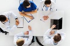 Grupp av doktorer på konferens på sjukhuset Arkivfoto