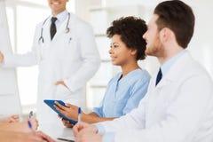 Grupp av doktorer på presentation på sjukhuset royaltyfria foton