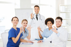 Grupp av doktorer på presentation på sjukhuset royaltyfria bilder