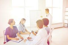 Grupp av doktorer på presentation på sjukhuset arkivfoton