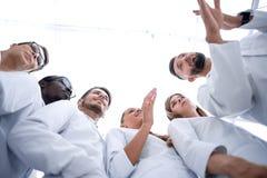 Grupp av doktorer som arbetar i sjukhuslaboratoriumet royaltyfri bild