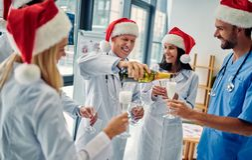 Grupp av doktorer som firar jul royaltyfri fotografi