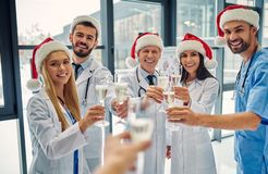 Grupp av doktorer som firar jul royaltyfria bilder