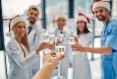 Grupp av doktorer som firar jul arkivbilder