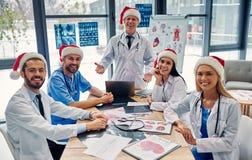 Grupp av doktorer som firar jul royaltyfri foto