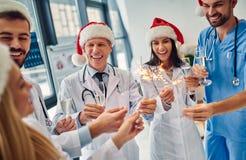 Grupp av doktorer som firar jul royaltyfri bild