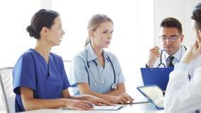 Grupp av doktorer som möter och talar på sjukhuset lager videofilmer