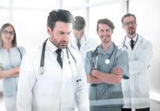 Grupp av doktorer som ser skärmen i mötesrummet royaltyfri fotografi