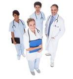 Grupp av doktorer som tillsammans plattforer över white Royaltyfria Foton