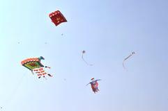 Grupp av drakar på den internationella drakefestivalen, Ahmedabad Royaltyfri Foto