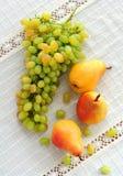 Grupp av druvor och päron Arkivfoto