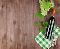 Grupp av druvor, rött vinflaska arkivfoton