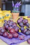 Grupp av druvor som är klara att äta Arkivbilder