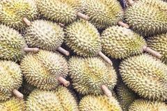 Grupp av durianen i marknaden arkivfoto