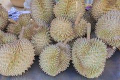 Grupp av durians på försäljning Royaltyfri Foto