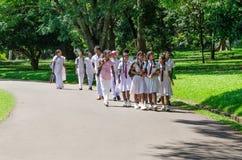Grupp av elever i traditionell kläder för en skola på utfärd in Fotografering för Bildbyråer