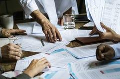 Grupp av entreprenören som analyserar för investering i mötesrum royaltyfria bilder