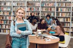 Grupp av etniska mångkulturella studenter i arkiv Vit flicka med anteckningsböcker Arkivfoto