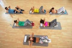 Grupp av exercisers som utbildar på mats Royaltyfri Fotografi
