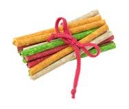Grupp av färgade hundmellanmål för nötkött som skinn binds med kabel Royaltyfria Bilder