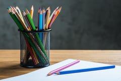 Grupp av färgblyertspennor i en ställning Royaltyfri Foto