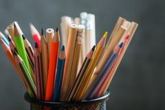 Grupp av färgblyertspennor i en ställning Royaltyfri Fotografi