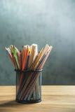 Grupp av färgblyertspennor i en ställning Arkivbilder