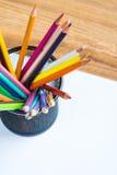 Grupp av färgblyertspennor i en ställning Royaltyfria Foton