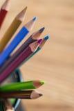 Grupp av färgblyertspennor i en ställning Arkivbild