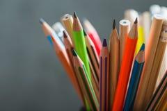 Grupp av färgblyertspennor i en ställning Fotografering för Bildbyråer