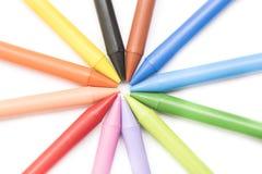 Grupp av färgpennor på bästa sikt för vit bakgrund Arkivfoto