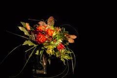 Grupp av färgrika blommor på svart bakgrund royaltyfri fotografi