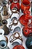 Grupp av färgrika keramiska vases. Arkivfoton
