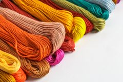 Grupp av färgrikt garn eller floss för handarbete eller handarbete royaltyfri foto
