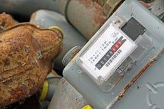 Grupp av föråldrade rostiga räknare som mäter gas Arkivbild