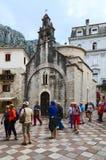 Grupp av för turister kyrkan nära av St Luke, Kotor, Montenegro Royaltyfri Bild