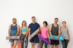 Grupp av grupp för ungdomarväntande på yoga royaltyfria bilder