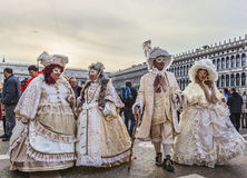 Grupp av förklätt folk - Venedig karneval 2014 arkivbild