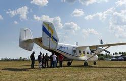 Grupp av fallskärmshoppare för flyget royaltyfria bilder
