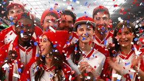 Grupp av fans som hurrar för deras lag med konfettier lager videofilmer